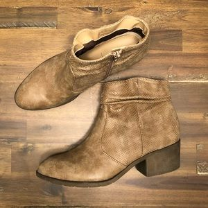 White mountain ankle bootie boot